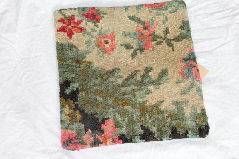 Kelim kussen no 833 (40cm x 40cm) Vintage kussen gemaakt van bloemen kelim uit Moldavie
