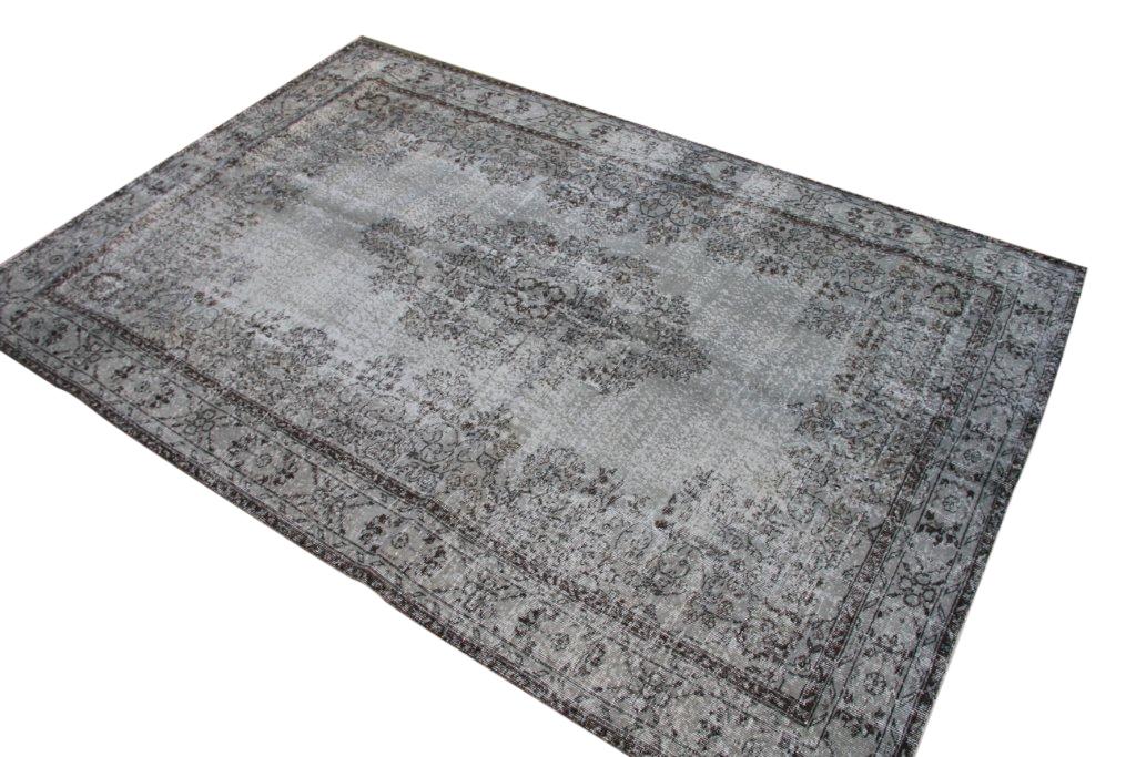 Recoloured klassiek vloerkleed nr 834 (312cm x 205cm) tapijt wat een nieuwe hippe trendy kleur heeft gekregen.