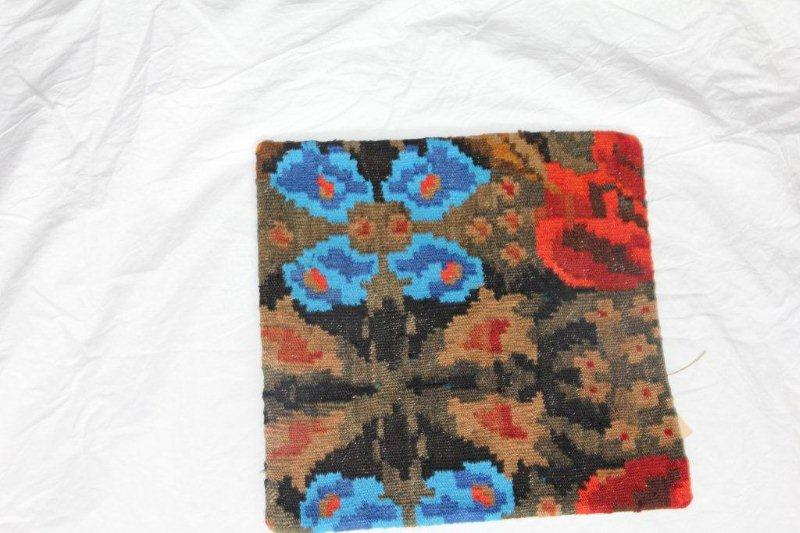 Kelim kussen no 841 (40cm x 40cm) Vintage kussen gemaakt van bloemen kelim uit Moldavie