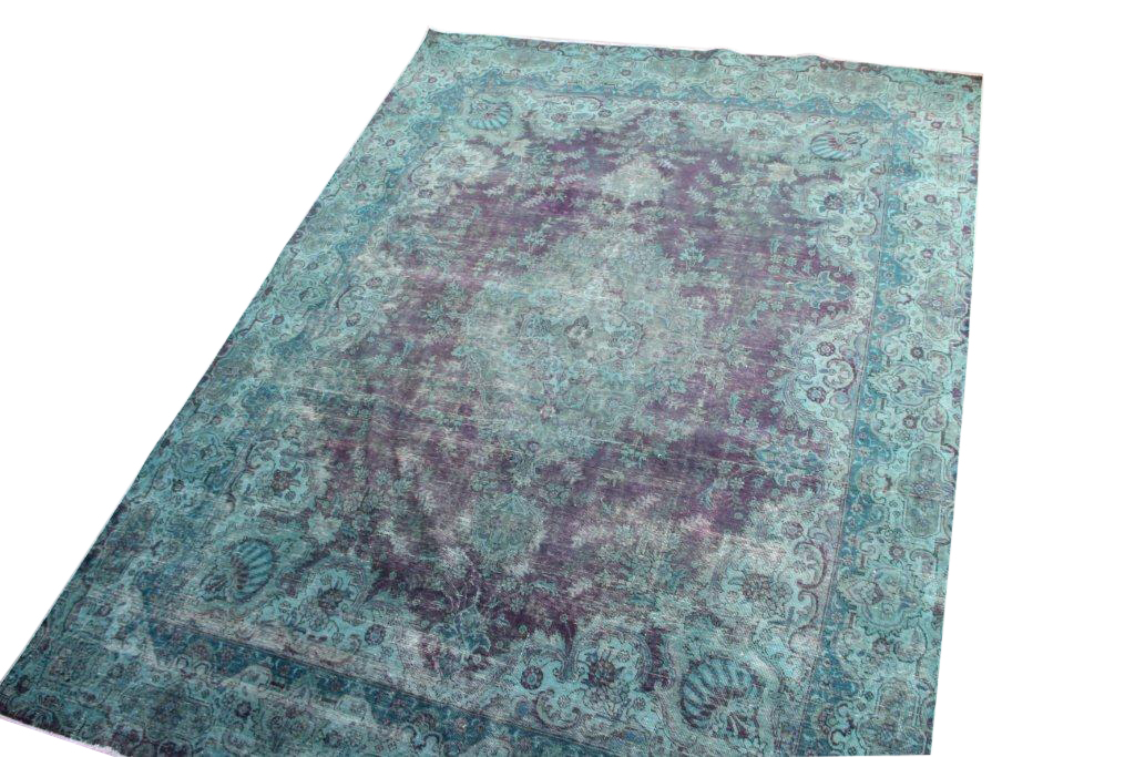 Recoloured klassiek vloerkleed nr 879 (390cm x 278 cm) tapijt wat een nieuwe hippe trendy kleur heeft gekregen.