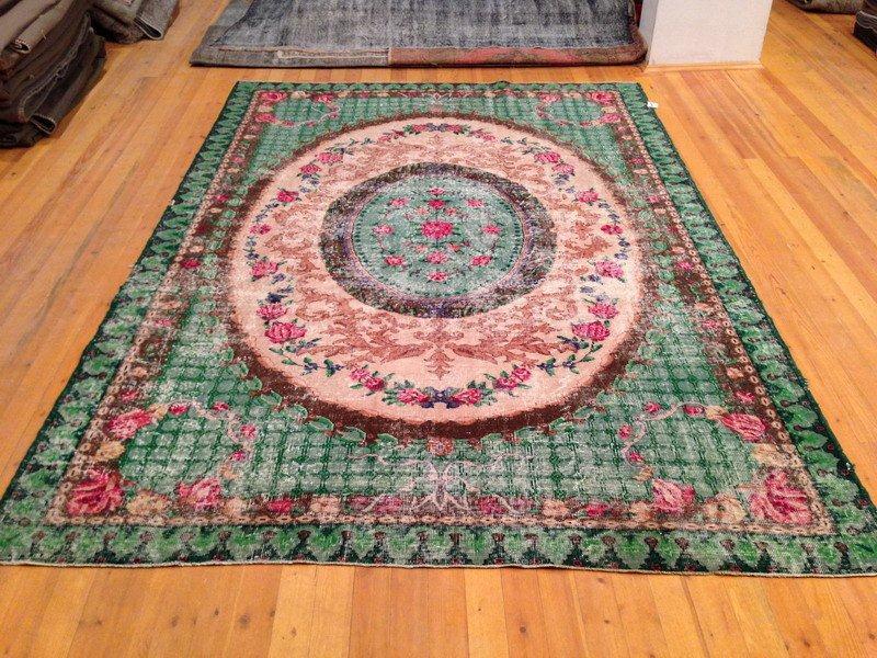 Recoloured klassiek vloerkleed nr 897 ( 314cm x 215cm) tapijt wat een nieuwe hippe trendy kleur heeft gekregen.