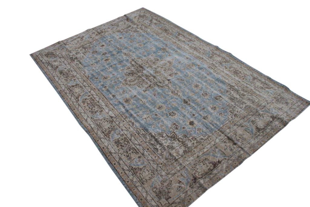Recoloured klassiek vloerkleed nr 962 ( 307cm x 209cm) tapijt wat een nieuwe hippe trendy kleur heeft gekregen.