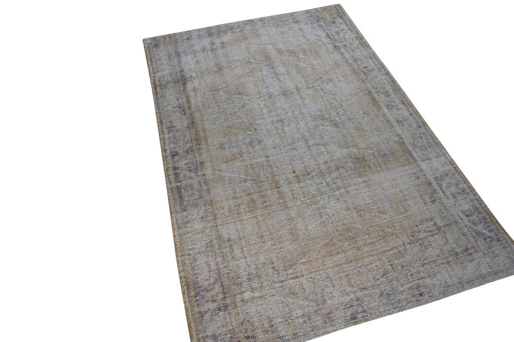 Recoloured klassiek vloerkleed nr 963 (249cm x 162cm) tapijt wat een nieuwe hippe trendy kleur heeft gekregen.