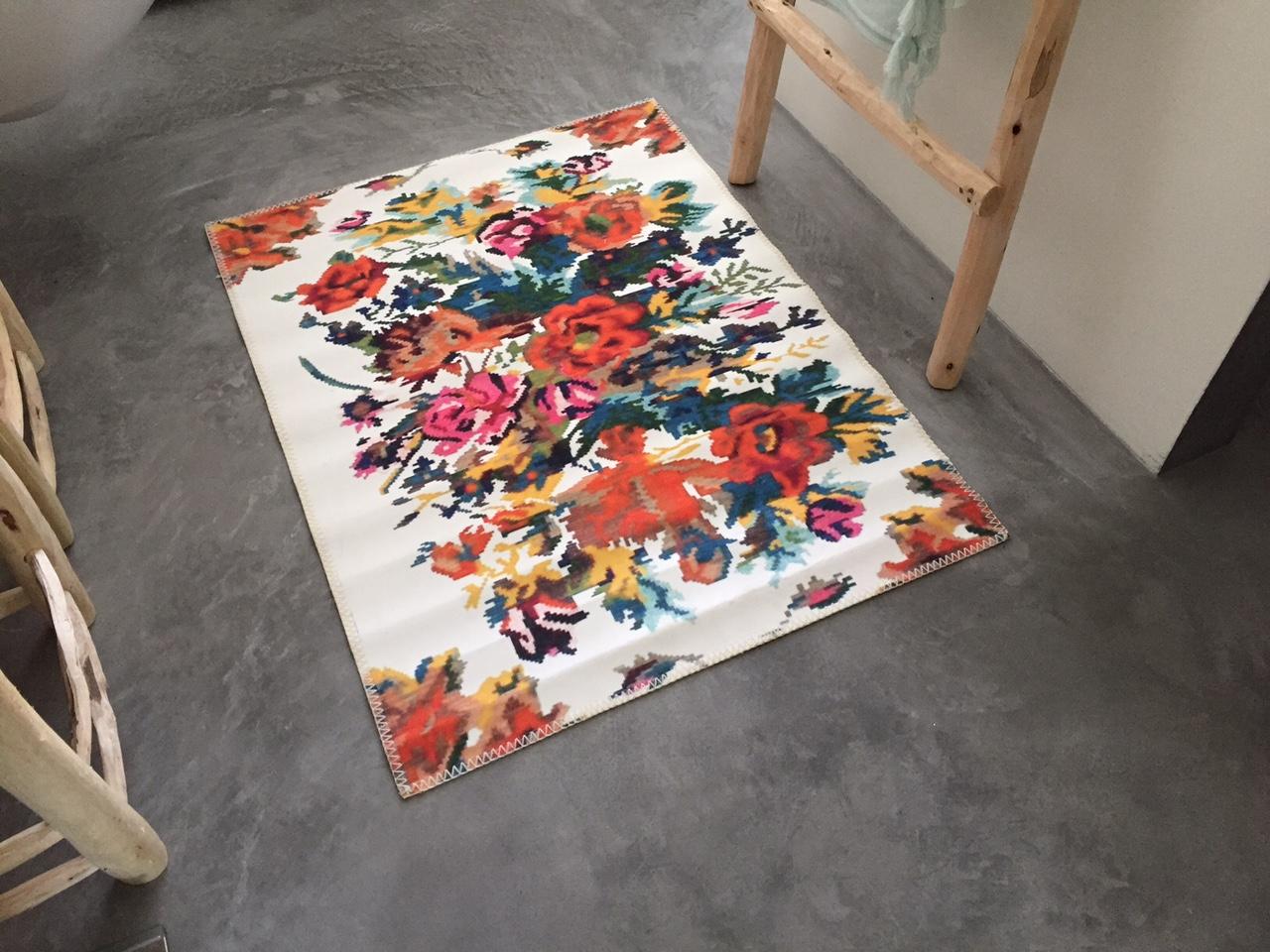 Laatste!   op voorraad: Badmat  rozenkelim wit  95cm x 70cm 100% polyester