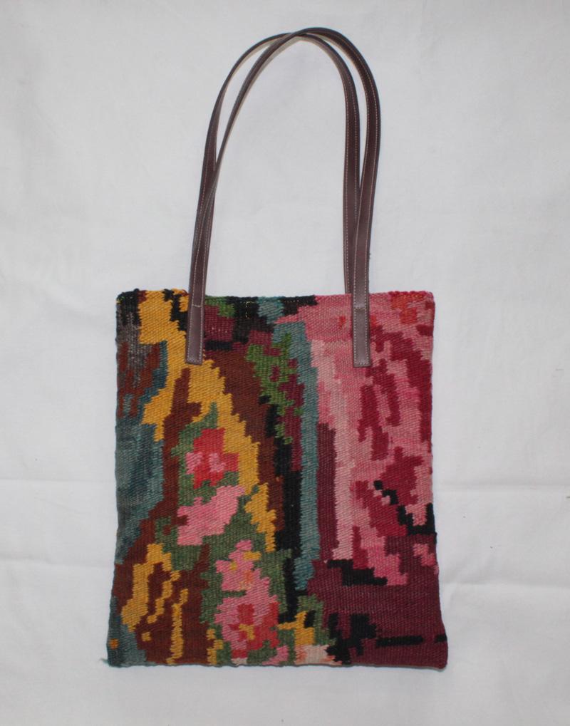 Kelimtas gemaakt van originele rozenkelim stof, tas no 400  28cm wijd, 32cm diep (deze tas kunnen we leveren vanaf 10 maart)