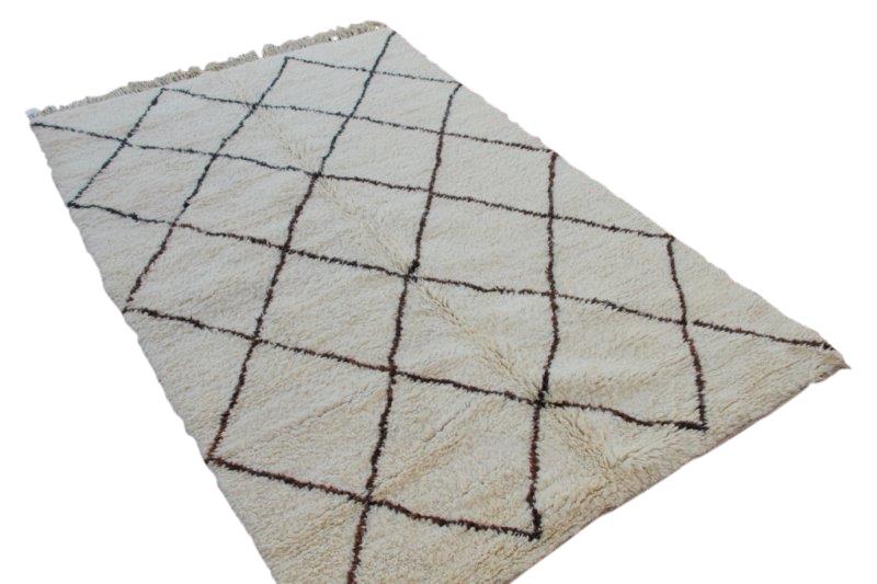 Berber vloerkleed uit Marokko no 657  (288cm x 184cm)  Let op: bij dit kleed lopen de bruine strepen over in zwarte strepen, vandaar deze speciale prijs.