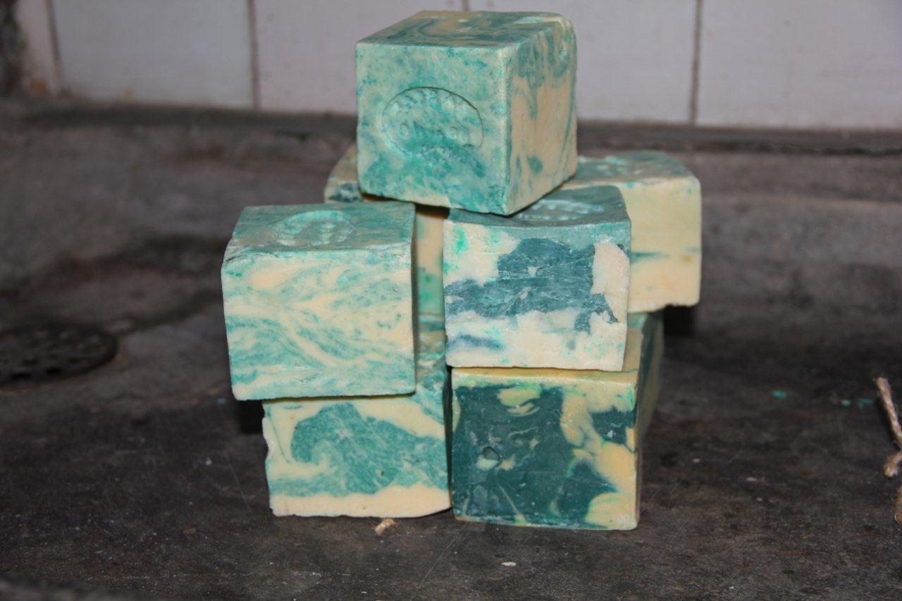 Brok organische olijfzeep zeegroen met wit 200 gram zonder parfum en alleen natuurlijke kleurstoffen. (Kubus 8cm x 8cm x 8cm)