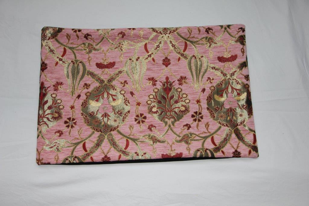 Zacht roze kleur kussen van turkse stof  no 91 (60cm x 40cm) (incl binnenkussen)   (achterkant van beige velours met rits)