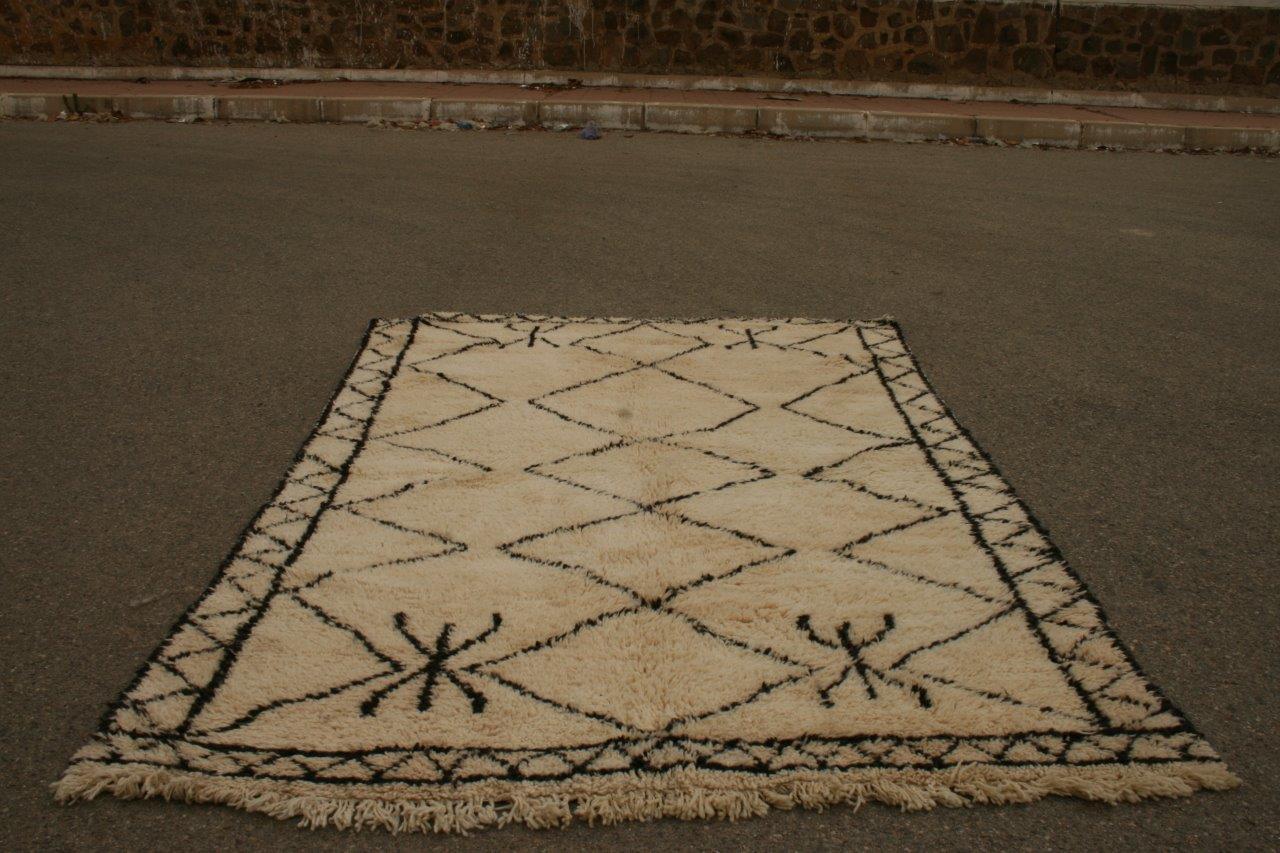 Ivoorwit Beni Ouarain vloerkleed uit Marokko no 3055 (294cm x 198cm) Dit kleed komt ongeveer 25 augustus in Nederland aan.