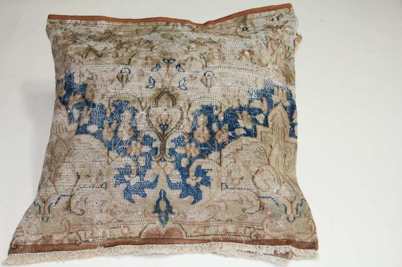 Kussen gemaakt van kleed van antiek vloerkleed incl vulling (65cm x 65cm)