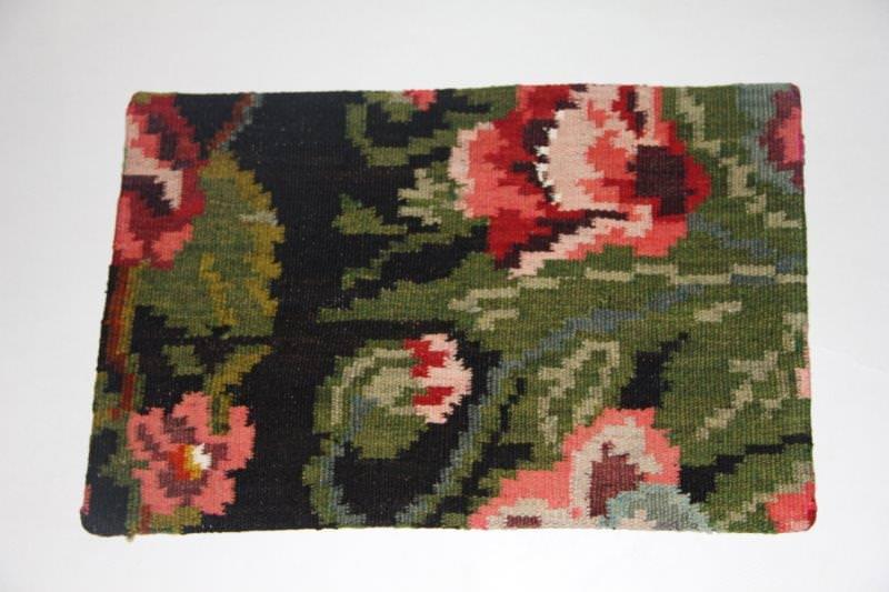 Kelimkussen nr 1810 (60cm x 40cm) incl. binnenkussen. Kussen gemaakt van authentieke rozenkelim