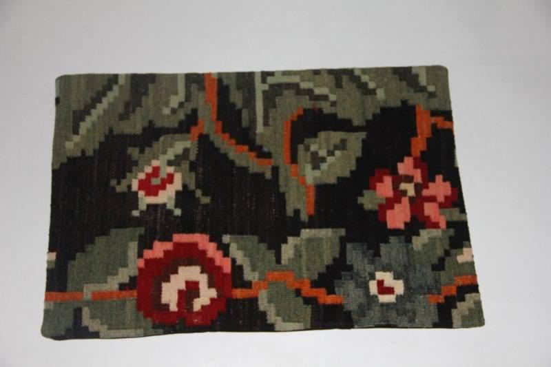 Kelimkussen nr 1832 (60cm x 40cm) incl. binnenkussen. Kussen gemaakt van authentieke rozenkelim
