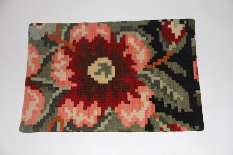 Kelimkussen nr 1833 (60cm x 40cm) incl. binnenkussen. Kussen gemaakt van authentieke rozenkelim