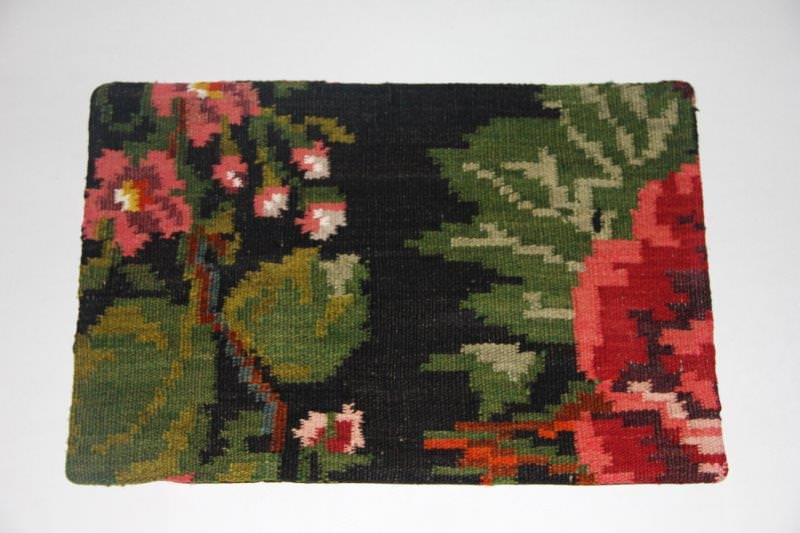 Kelimkussen nr 1835(60cm x 40cm) incl. binnenkussen. Kussen gemaakt van authentieke rozenkelim