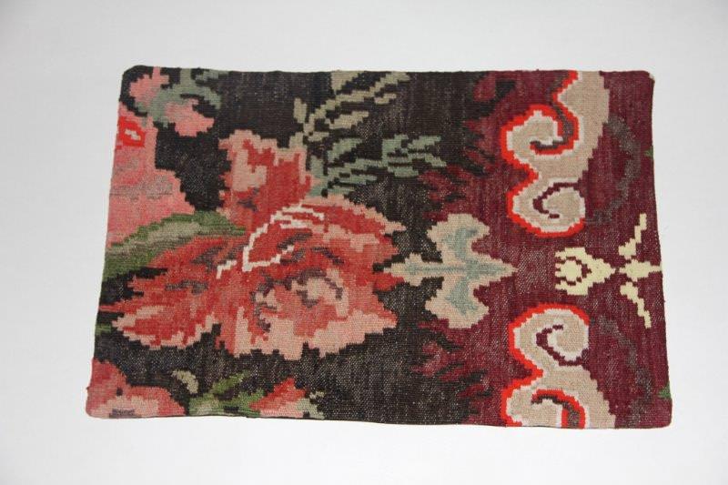 Kelimkussen nr 1836(60cm x 40cm) incl. binnenkussen. Kussen gemaakt van authentieke rozenkelim