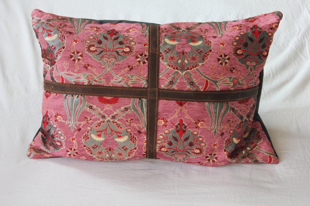Kussen oude turkse stof afgewerkt met leer (60cm x 40cm) meerdere stuks van dit exemplaar op voorraad