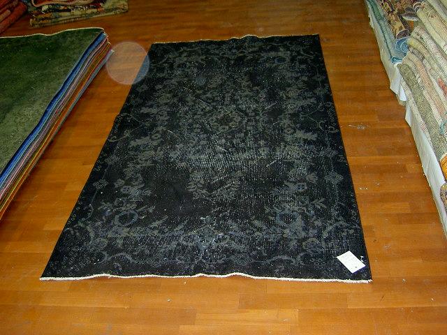 Recoloured vintage zwart grijs vloerkleed nr 506     (208cm x 111cm) Oud tapijt wat een nieuwe hippe trendy kleur heeft gekregen.