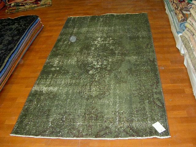 Recoloured vintage groen vloerkleed 507     (213cm x 116cm) Oud tapijt wat een nieuwe hippe trendy kleur heeft gekregen.