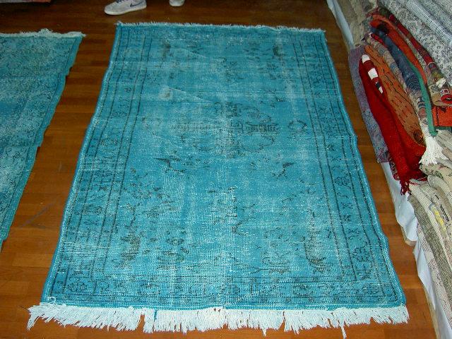 Licht blauw vloerkleed nr 523   (203cm x 112cm) Oud vintage vloerkleed wat een nieuwe hippe trendy kleur heeft gekregen.