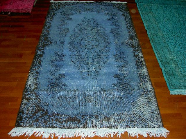 Blauw vloerkleed nr525   (224cm x 119cm) Oud vintage vloerkleed wat een nieuwe hippe trendy kleur heeft gekregen.