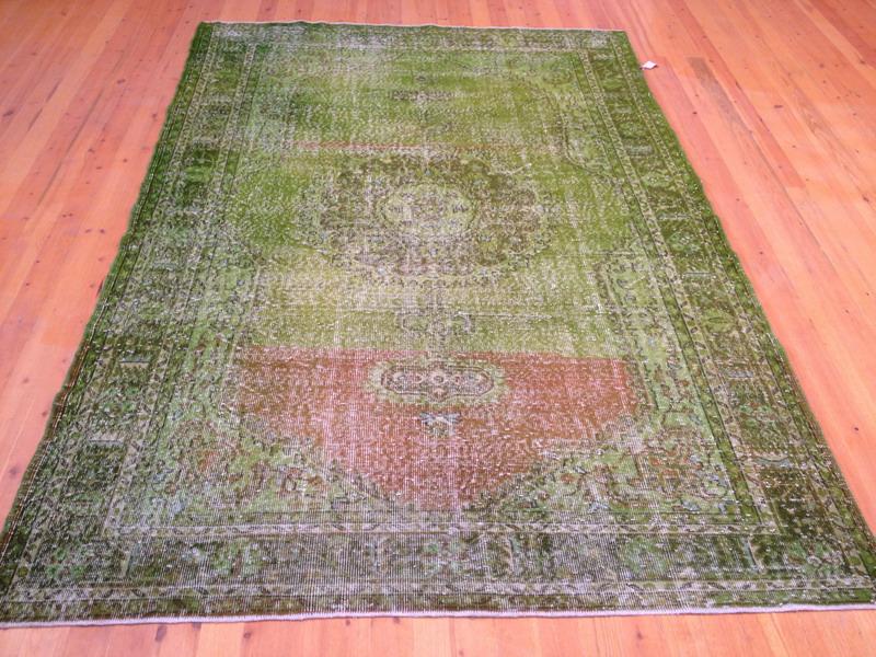 Recoloured klassiek vloerkleed nr 256 ( 289cm x 190cm) tapijt wat een nieuwe hippe trendy kleur heeft gekregen.