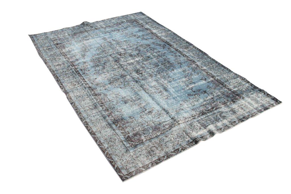 Recoloured vintage vloerkleed  533  (300cm x 205cm) Oud tapijt wat een nieuwe hippe trendy kleur heeft gekregen.