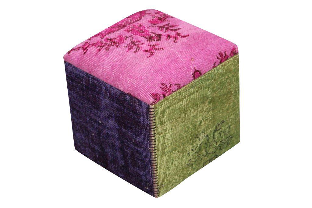 UITVERKOOP:Poef gemaakt uit recoloured vloerkleden. Hoogte 47cm breedte en lengte 42cm. Kleuren: roze, paars, grijs, groen en blauw.