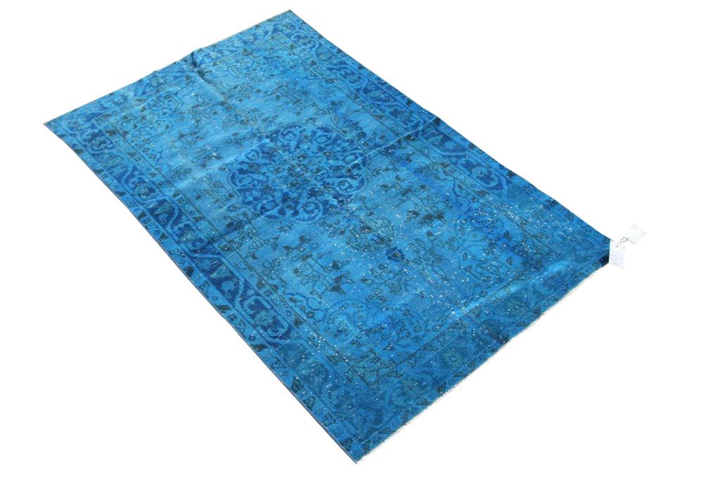 Blauw recoloured vintage vloerkleed 504  (189cm x 112cm) Oud tapijt wat een nieuwe hippe trendy kleur heeft gekregen.