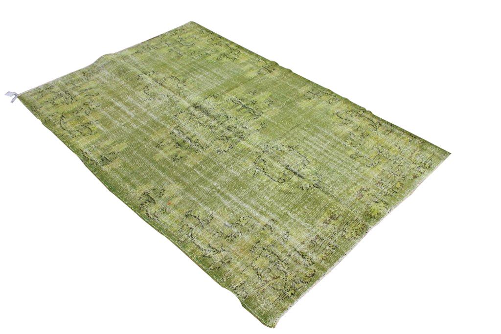Recoloured vintage groen vloerkleed nr 508     (250cm x 165cm) Oud tapijt wat een nieuwe hippe trendy kleur heeft gekregen.