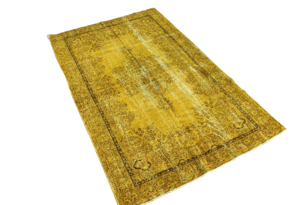 Recoloured vintage vloerkleed nr 510     (262cm x 165cm) Oud tapijt wat een nieuwe hippe trendy kleur heeft gekregen.