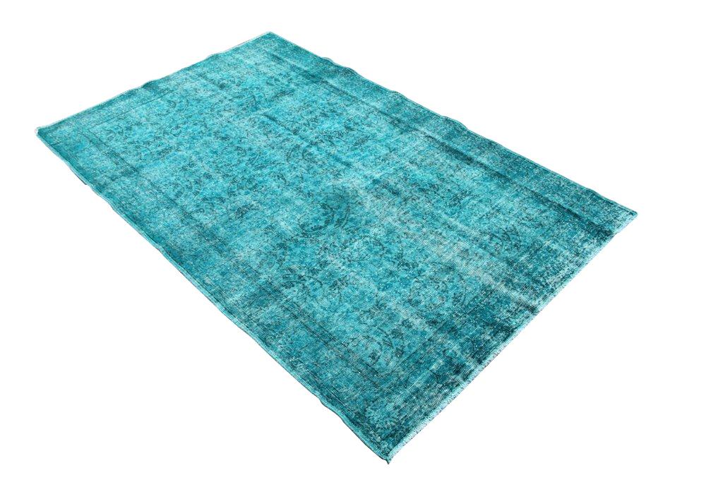 Recoloured vintage aqua blauw vloerkleed nr 512     (266cm x 164cm) Oud tapijt wat een nieuwe hippe trendy kleur heeft gekregen.
