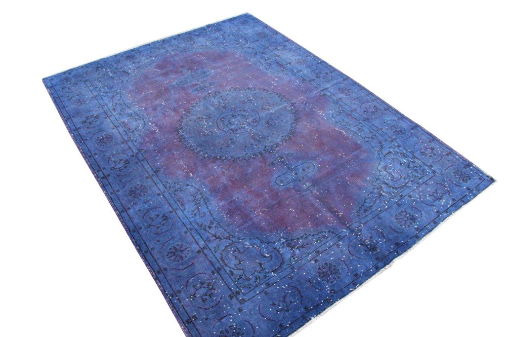 Paars vloerkleed nr 516   (295cm x 220cm) Oud vintage vloerkleed wat een nieuwe hippe trendy kleur heeft gekregen.