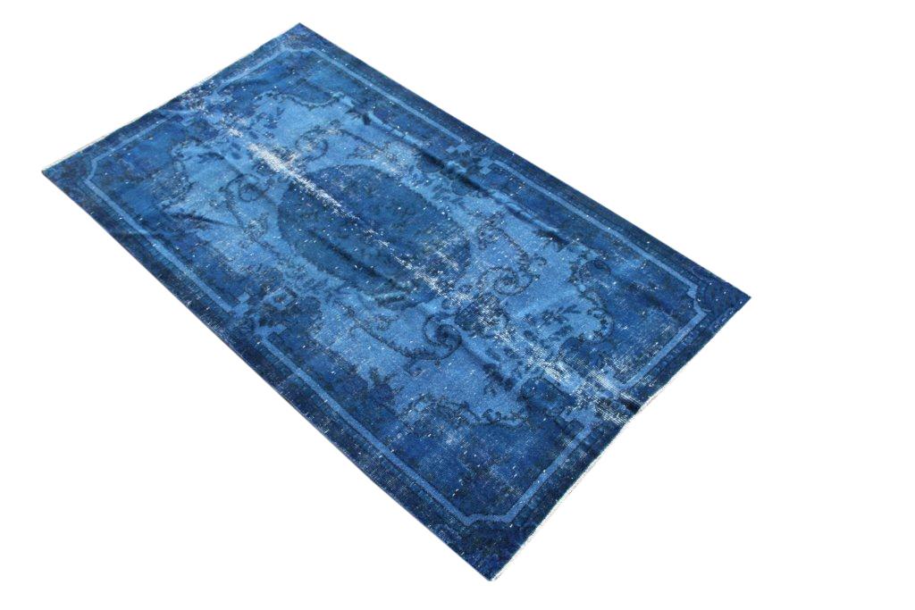 Blauw vloerkleed nr 521   (195cm x 115cm) Oud vintage vloerkleed wat een nieuwe hippe trendy kleur heeft gekregen.