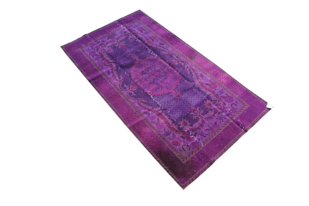 Paars vloerkleed nr 522   (200cm x 124cm) Oud vintage vloerkleed wat een nieuwe hippe trendy kleur heeft gekregen.