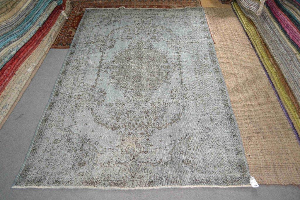 Recoloured klassiek vloerkleed nr 697 (295 cm x 174 cm) tapijt wat een nieuwe hippe trendy kleur heeft gekregen.