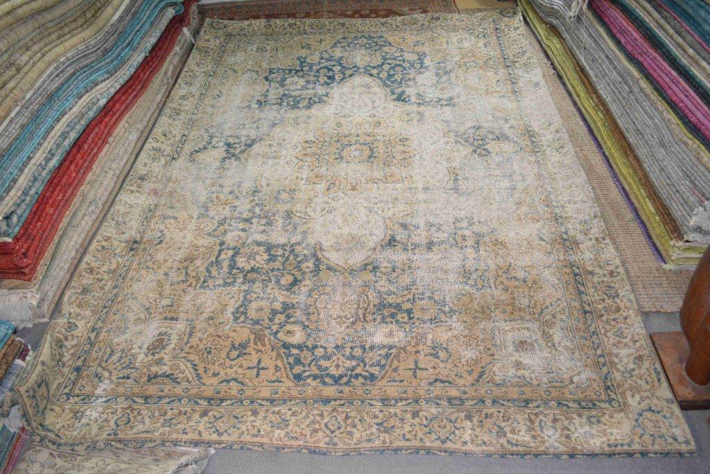 Recoloured klassiek vloerkleed nr 698 (335 cm x 234 cm) tapijt wat een nieuwe hippe trendy kleur heeft gekregen.
