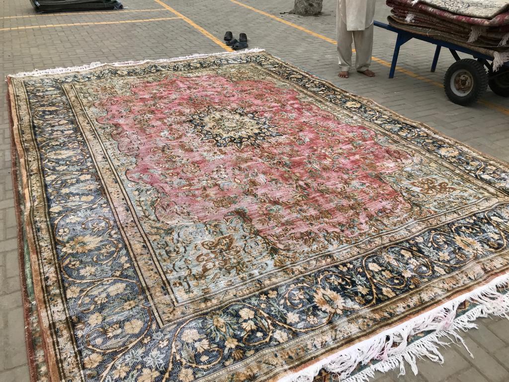 Afbeelding van antiek vloerkleed, 400cm x 285cm dit kleed komt rond 10 juni bij ons binnen