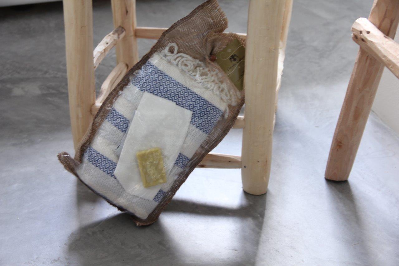 Afbeelding van Cadeau verpakking; hamamdoek blauw met wit (180cm x 100cm) - olijfzeepje-scrubhandschoen