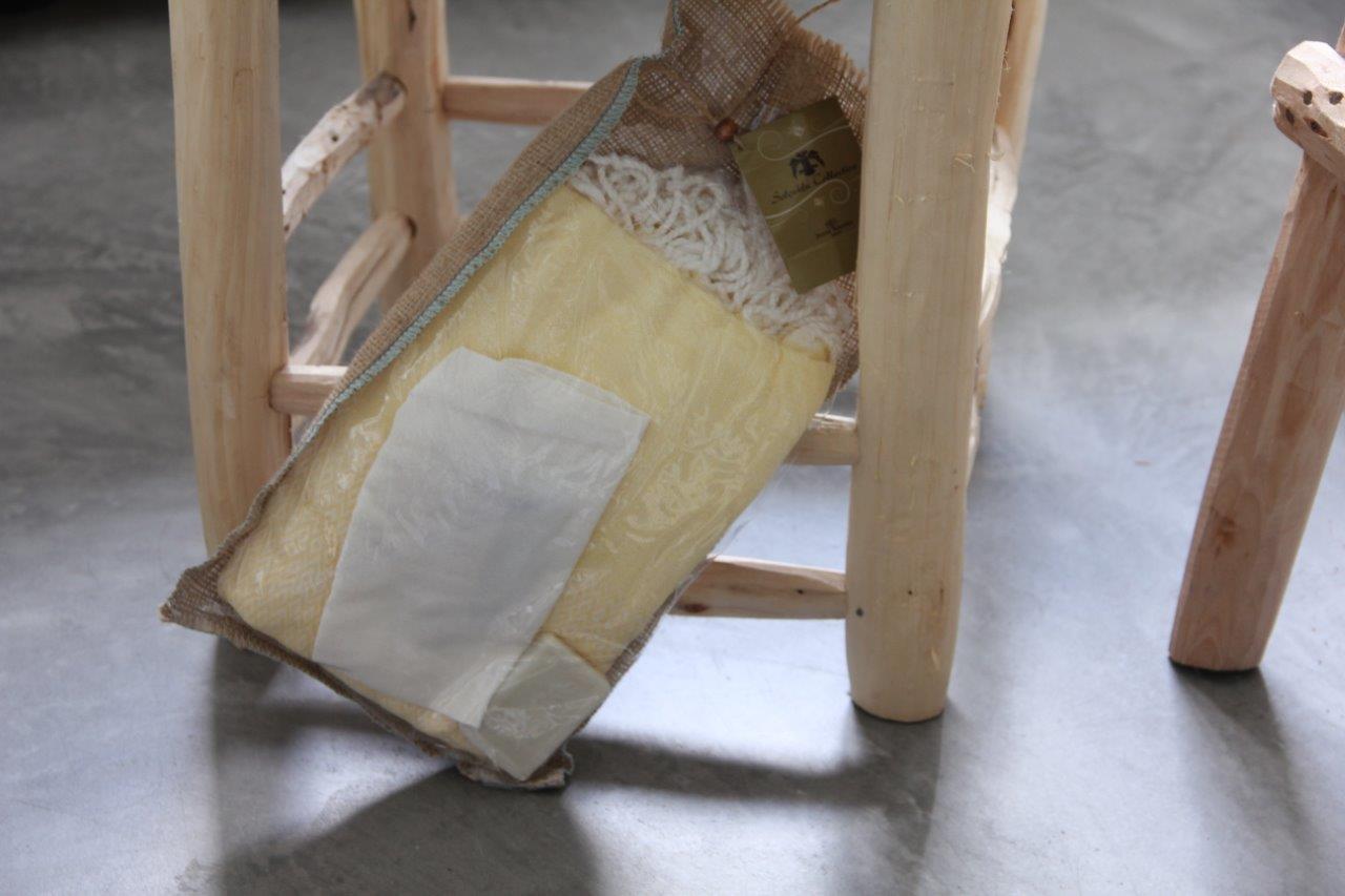 Afbeelding van Cadeau verpakking; hamamdoek geel (180cm x 100cm) - olijfzeepje-scrubhandschoen