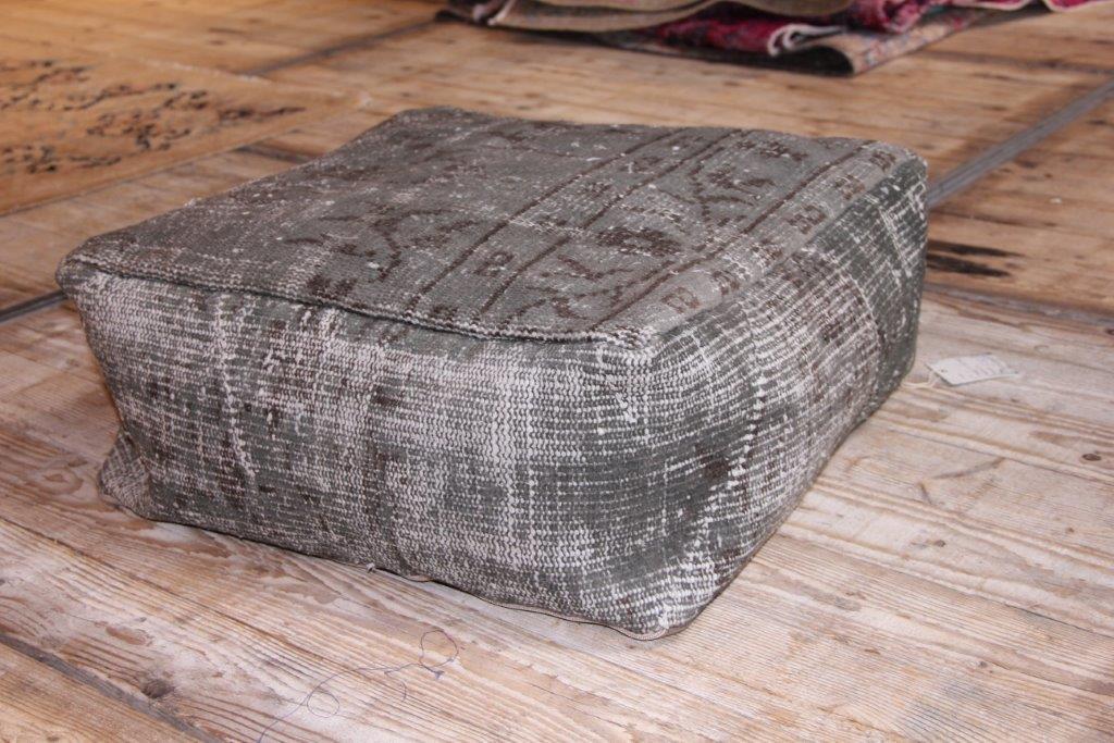 Poef gemaakt uit recoloured vloerkleden. 60cm x 60cm x 45cm Kleur grijs (zonder vulling)